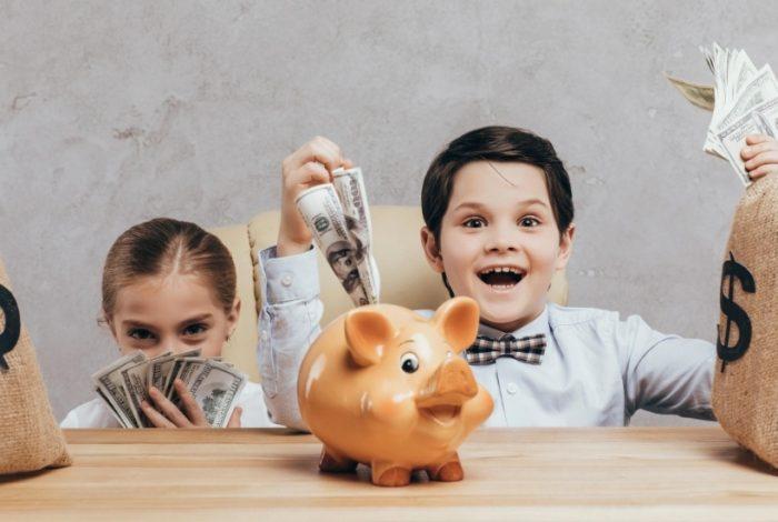 Deux enfants avec de l'argent